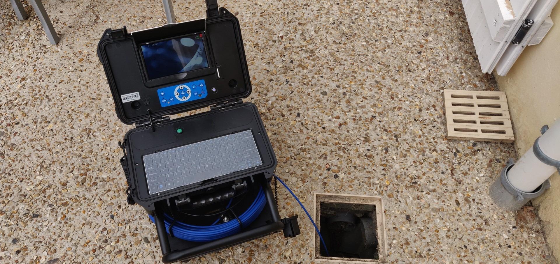 Notre caméra est dotée d'une tête haute définition avec tête émettrice 512 Hz à 360°. Son compteur métrique nous permet de localiser précisément le défaut ou le dysfonctionnement. Nos rapports sont complétés par des prises de photos et vidéos.